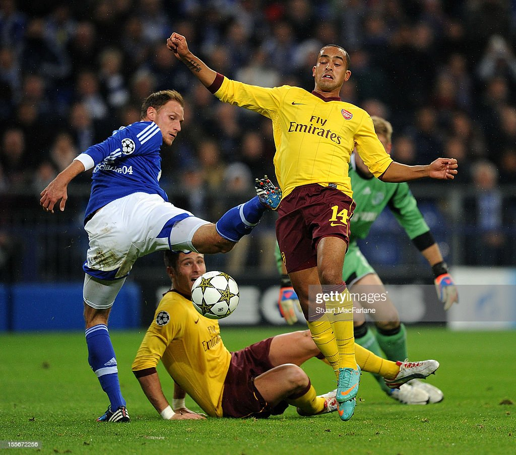 <a gi-track='captionPersonalityLinkClicked' href=/galleries/search?phrase=Theo+Walcott&family=editorial&specificpeople=451535 ng-click='$event.stopPropagation()'>Theo Walcott</a> of Arsenal goes past Shalke defender Benedikt Howedes to score his team's first goal during the UEFA Champions League Group B match between FC Schalke 04 and Arsenal FC at the Veltins-Arena on November 6, 2012 in Gelsenkirchen, Germany.