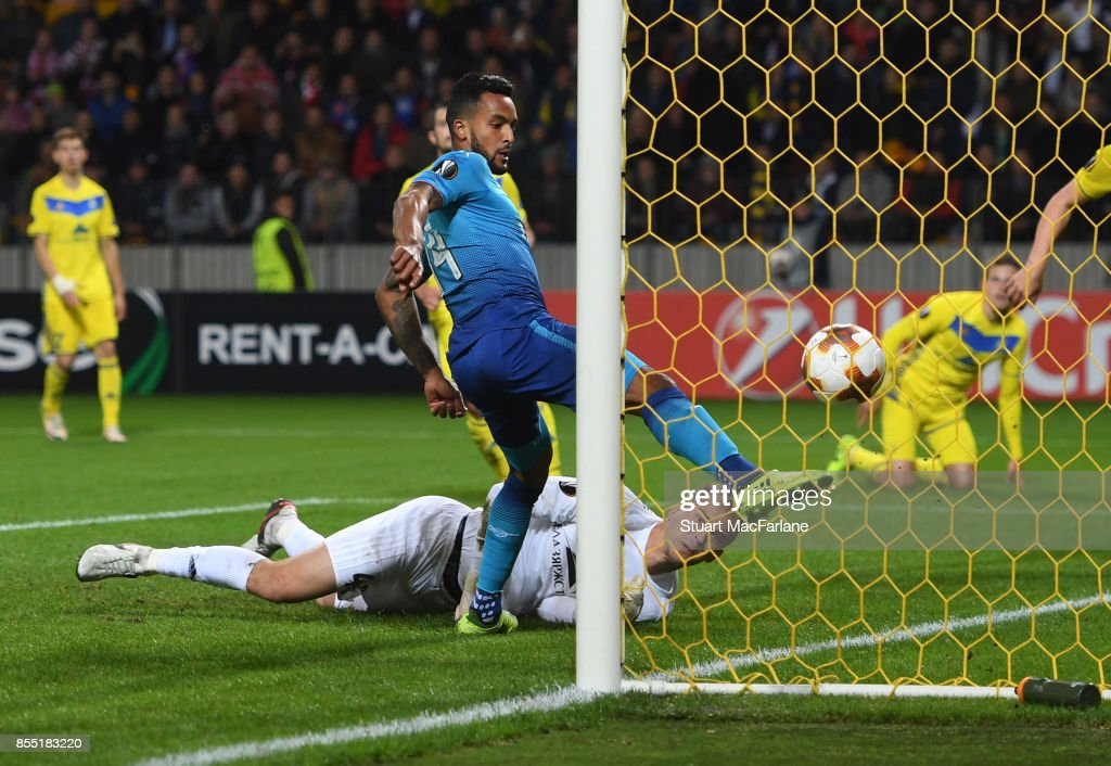 Theo Walcott shoots past BATE goalkeeper Denis Scherbitski to score for Arsenal during the UEFA Europa League group H match between BATE Borisov and Arsenal FC at Borisov-Arena on September 28, 2017 in Barysaw, Belarus.