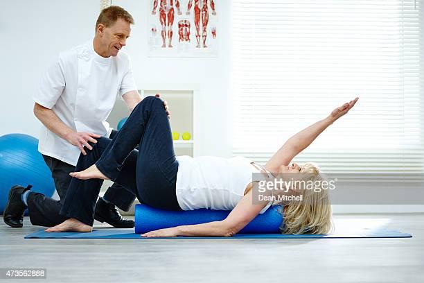 Therapeuten helfen Patienten mit stretching-Übungen seinen