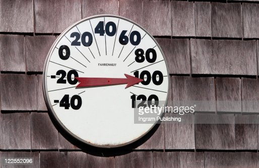 Thermometer Reading One Hundred Degrees On A Weathered Wall Of Wooden Shingles : Foto de stock