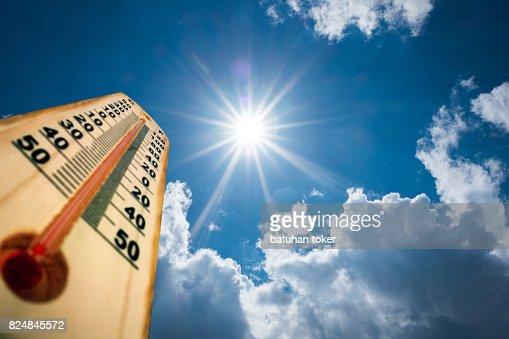Termómetro de grados altos del sol. Caluroso día de verano. Altas temperaturas del verano : Foto de stock