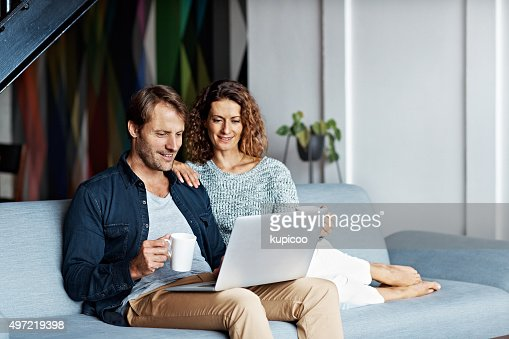 sie teilen die gleichen online interessen stock foto getty images. Black Bedroom Furniture Sets. Home Design Ideas