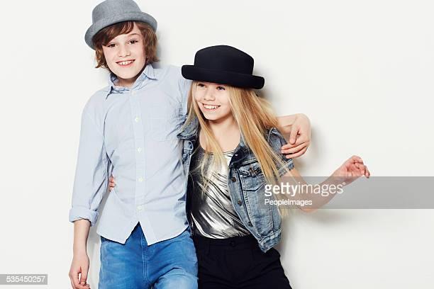 Loro felice indossano cappelli