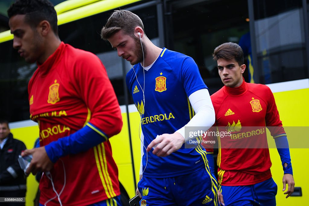 Thiago Alcantara, David de Gea and Marc Bartra of Spain arrive for a training session on May 30, 2016 in Schruns, Austria.