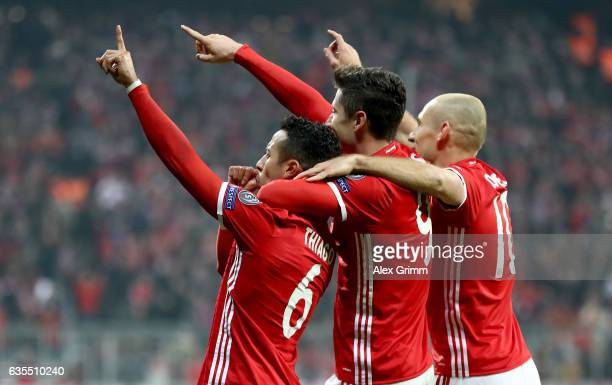 Thiago Alcantara of Muenchen celebrate with team mates Robert Lewandowski and Arjen Robben the 3rd goal during the UEFA Champions League Round of 16...