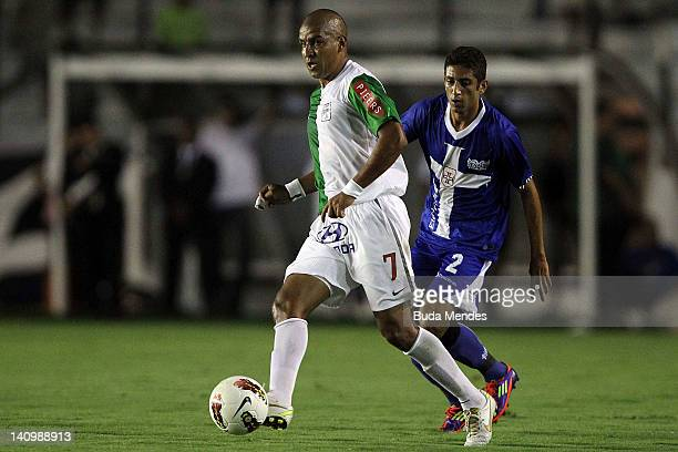 Thiago Feltri of Vasco da Gama struggles for the ball with Edgar Gonzalez of Alianza Lima during a match between Vasco da Gama and Alianza Lima as...