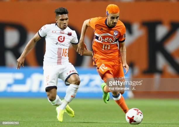Thiago Galhardo of Albirex Niigata and Mateus of Omiya Ardija compete for the ball during the JLeague J1 match between Albirex Niigata and Omiya...