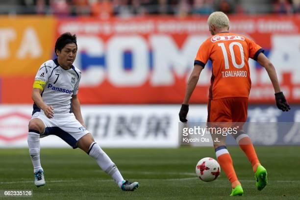 Thiago Galhardo of Albirex Niigata and Yasuhito Endo of Gamba Osaka compete for the ball during the JLeague J1 match between Albirex Niigata and...