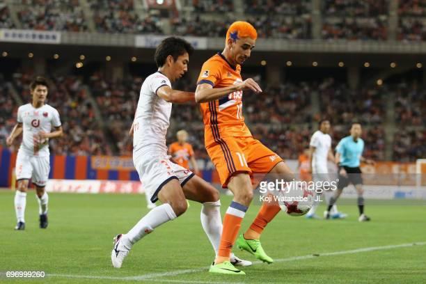 Thiago Galhardo of Albirex Niigata controls the ball under pressure of Hiroyuki Komoto of Omiya Ardija during the JLeague J1 match between Albirex...