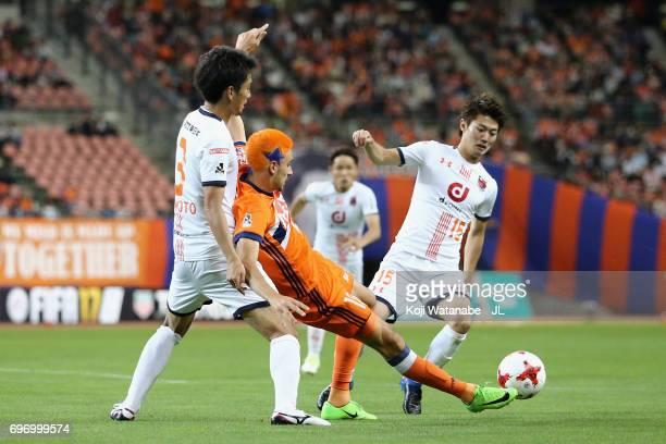 Thiago Galhardo of Albirex Niigata controls the ball under pressure of Hiroyuki Komoto and Keisuke Oyama of Omiya Ardija during the JLeague J1 match...