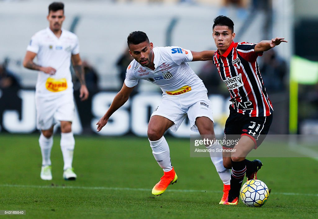 Thiago Maia (L) of Santos and Luiz Araujo of Sao Paulo in action during the match between Santos and Sao Paulo for the Brazilian Series A 2016 at Pacaembu stadium on June 26, 2016 in Sao Paulo, Brazil.