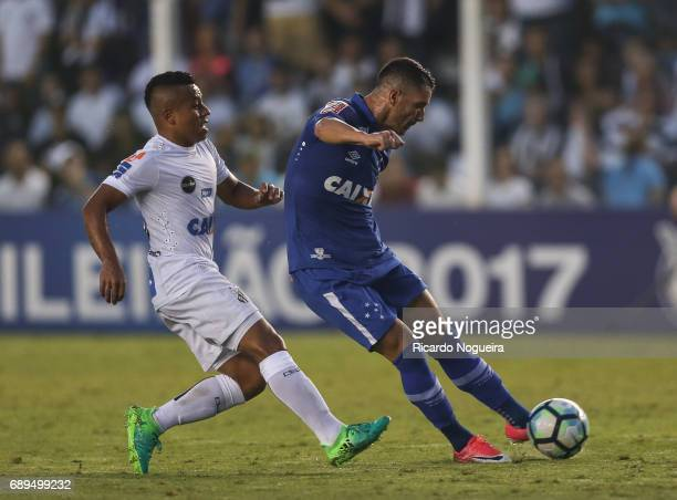 Thiago Neves of Cruzeiro shoots at goal during the match between Santos and Cruzeiro as a part of Campeonato Brasileiro 2017 at Vila Belmiro Stadium...