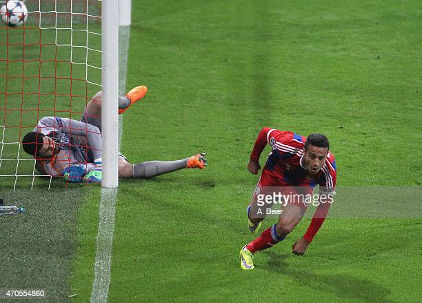 Thiago of Bayern Muenchen celebrates his first goal against goalkeeper Fabiano of Porto during the Champions League quarter final second leg match...