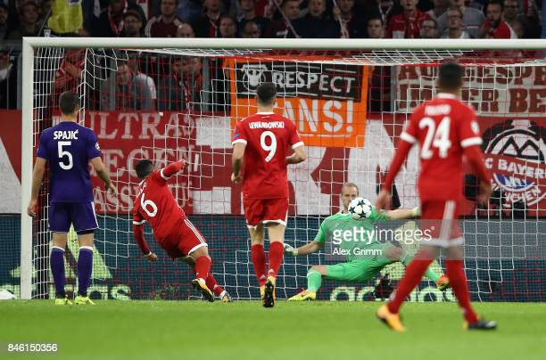 Thiago of Muenchen scores his team's second goal past goalkeeper Matz Sels of RSC Anderlecht during the UEFA Champions League group B match between...