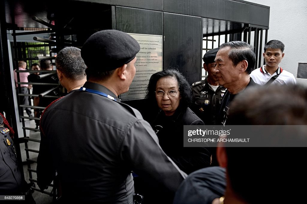 Thida Thavornseth (C), a leader of Thailand's pro-democracy 'Red Shirt' street movement, walks into the British Embassy in Bangkok on June 27, 2016. Activists on June 27 urged Britain to hand over details of the multi-million-dollar sale to Thailand of fake bomb detectors that led to the detention of scores of innocent people. British fraudster Gary Bolton was jailed in 2013 for making millions selling the GT200 -- which he billed as a 'magic wand' able to detect tiny particles of explosives or drugs from hundreds of metres away. / AFP / CHRISTOPHE