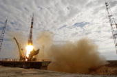 This Handout photograph from NASA shows Russia's TMA2 containing US astronaut Edward Lu and cosmonaut Yuri Malenchenko being blasted into space on...