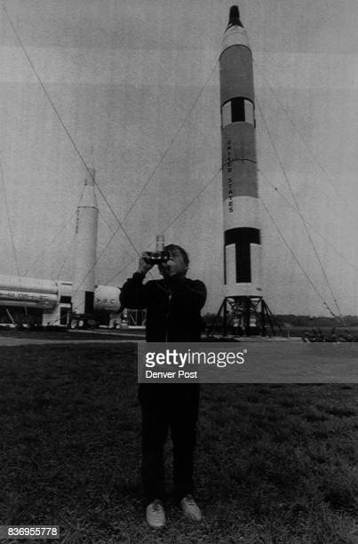 This is a Special Transmission for the Denver Post Att'n John Leyba Kennedy Space Center Fla Jan 25Fifthgrader Austin Montgomery photographs an...
