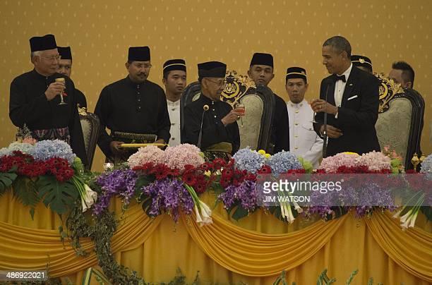 This photo taken on April 26 2014 shows US President Barack Obama toasting with Malaysain Sultan Abdul Halim of Kedah and Prime Minister Najib Razak...
