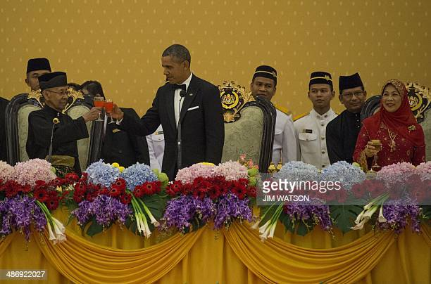 This photo taken on April 26 2014 shows US President Barack Obama toasting with Malaysain Sultan Abdul Halim of Kedah and Queen Haminah during a...
