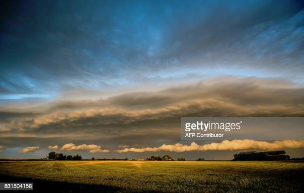 This photo taken on August 15 2017 shows a stratocumulus cloud over Godewaersvelde northern France / AFP PHOTO / PHILIPPE HUGUEN