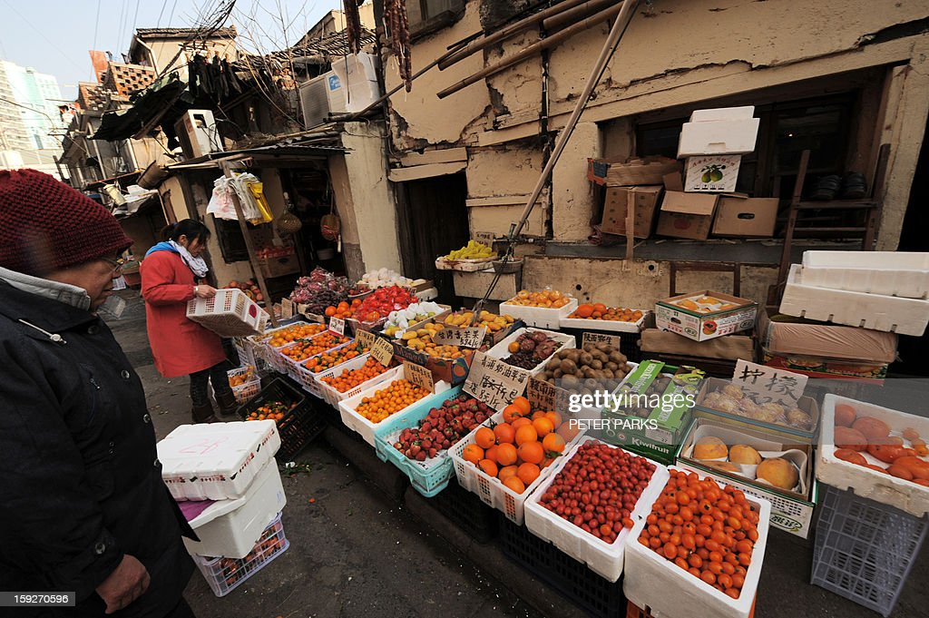 This photo taken on January 10, 2013 shows fruit for sale on a street in Shanghai. China's inflation rate slowed to 2.6 percent in 2012, the National Bureau of Statistics said, down sharply from 5.4 percent the year before. AFP PHOTO/Peter PARKS