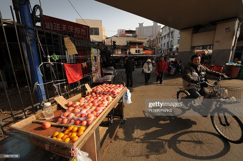 This photo taken on January 10, 2013 shows fruit for sale on a street in Shanghai. China's inflation rate slowed to 2.6 percent in 2012, the National Bureau of Statistics said on January 11, down sharply from 5.4 percent the year before. AFP PHOTO/Peter PARKS