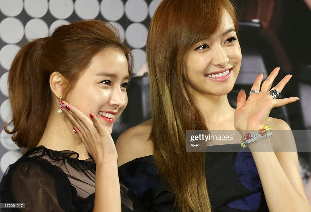 This photo taken on July 30, 2013 shows South Korean actress (L) Kim So-eun and South Korean pop star (R) Victoria attending a promotion for KBS variety show 'Glitter' in Seoul. REPUBLIC