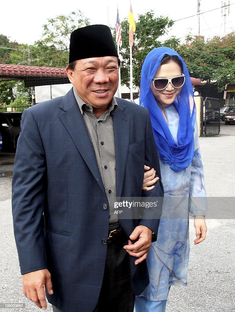 This photo taken on May 19, 2010 shows Malaysian lawmaker Bung Mokhtar Radin (L) and his second wife Zizie Ezette (R) arriving at a Shariah court in Kuala Lumpur. A Muslim lawmaker from Malaysia's ruling coalition was sentenced to a month in jail for polygamy on May 19 after he married an actress without permission from a religious court. Radin, 50, a leading figure in the Barisan Nasional coalition, and his second wife, Zizie Ezette A. Samad, 31, both pleaded guilty to polygamy last month.
