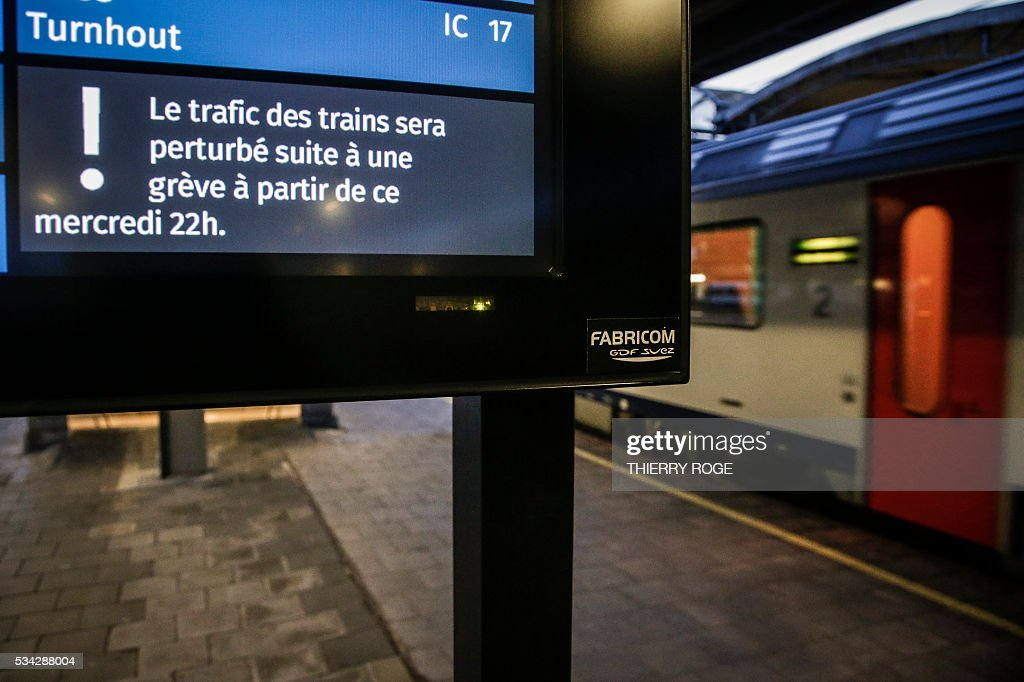 This photo taken on May 25, 2016 in Brussels shows a announcement sign reading, 'Train traffic will be dispurted due to a strike starting at 22h Wednesday' at Brussels South railway station, at the beginning of a railway strike by railway unions CGSP Cheminots and CSC Transcom. Unions ACV and ACOD didn't call on their members to join the strike. / AFP / BELGA / THIERRY
