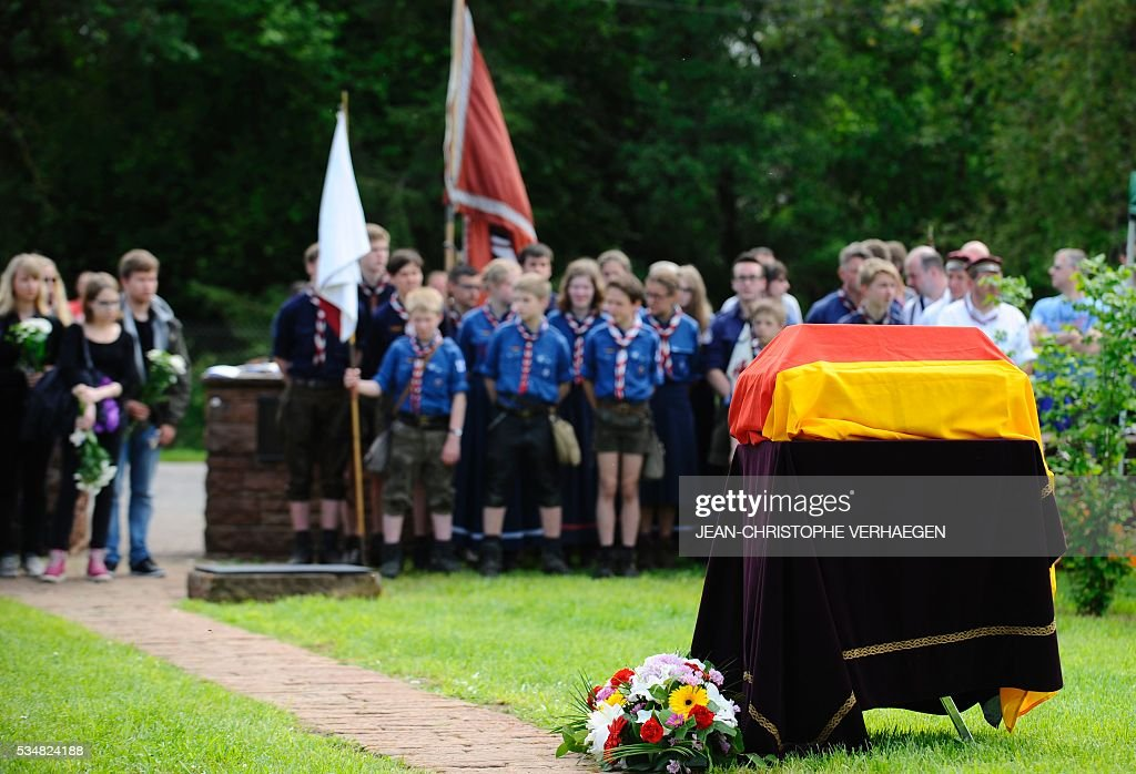 This photo taken on May 28, 2016 in Romagne-sous-Montfaucon, eastern France, shows the coffin of Hans Winckelmann, a WWI German soldier, during his burial in a German WWI cemetery, as part of the 100-year commemoration of WWI's Battle of Verdun. / AFP / JEAN
