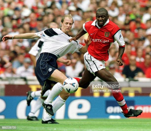 This picture may only be used within the context of an editorial feature Manchester United's Jordi Cruyff and Arsenal Patrick Vieira fight for the...