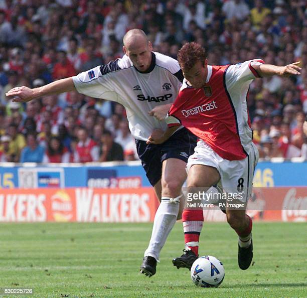 This picture may only be used within the context of an editorial feature Manchester United's Jaap Stam battles with Arsenal's Fredrik Ljungberg...
