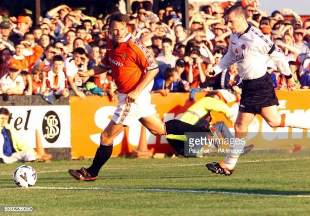 This picture may only be used within the context of an editorial feature Manchester United's Teddy Sheringham takes the ball past the Omah No5...
