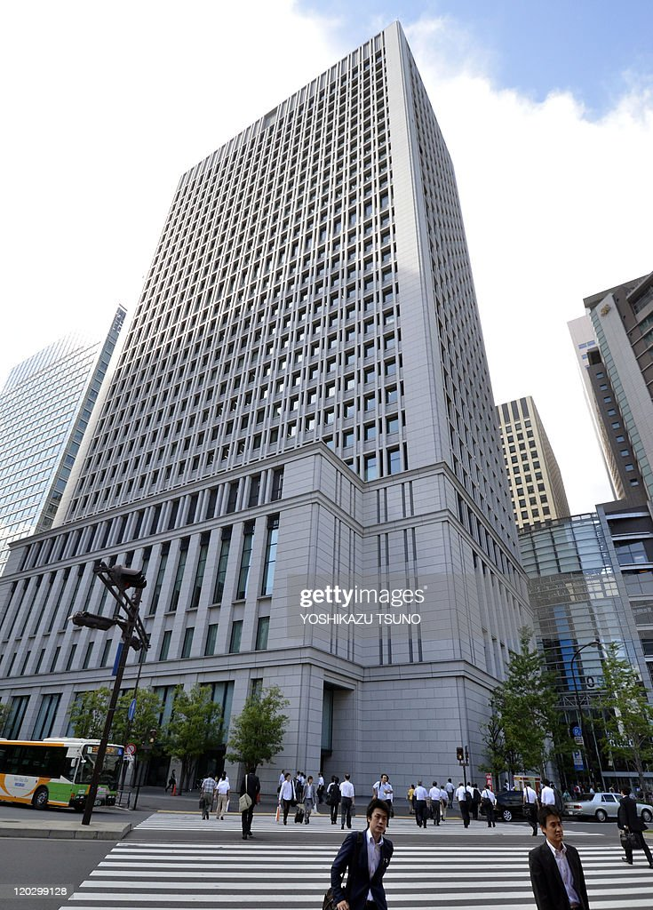 This picture shows Japanese electronics giant Hitachi's head office, located in the upper part of the building in Tokyo on August 4, 2011. Japanese manufacturing giant Mitsubishi Heavy Industries and Hitachi have agreed to start merger talks, Hitachi's president was reported as saying on August 4. AFP PHOTO / Yoshikazu TSUNO