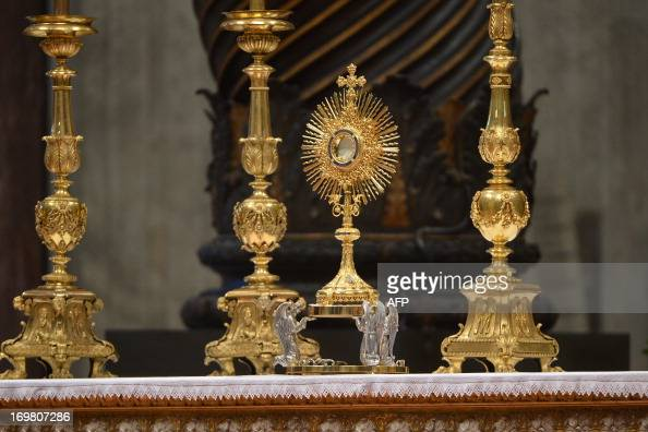This picture shows the altar during a worldwide Eucharistic Adoration on June 2 2013 at ST Peter's basilica at the Vatican AFP PHOTO / ALBERTO PIZZOLI