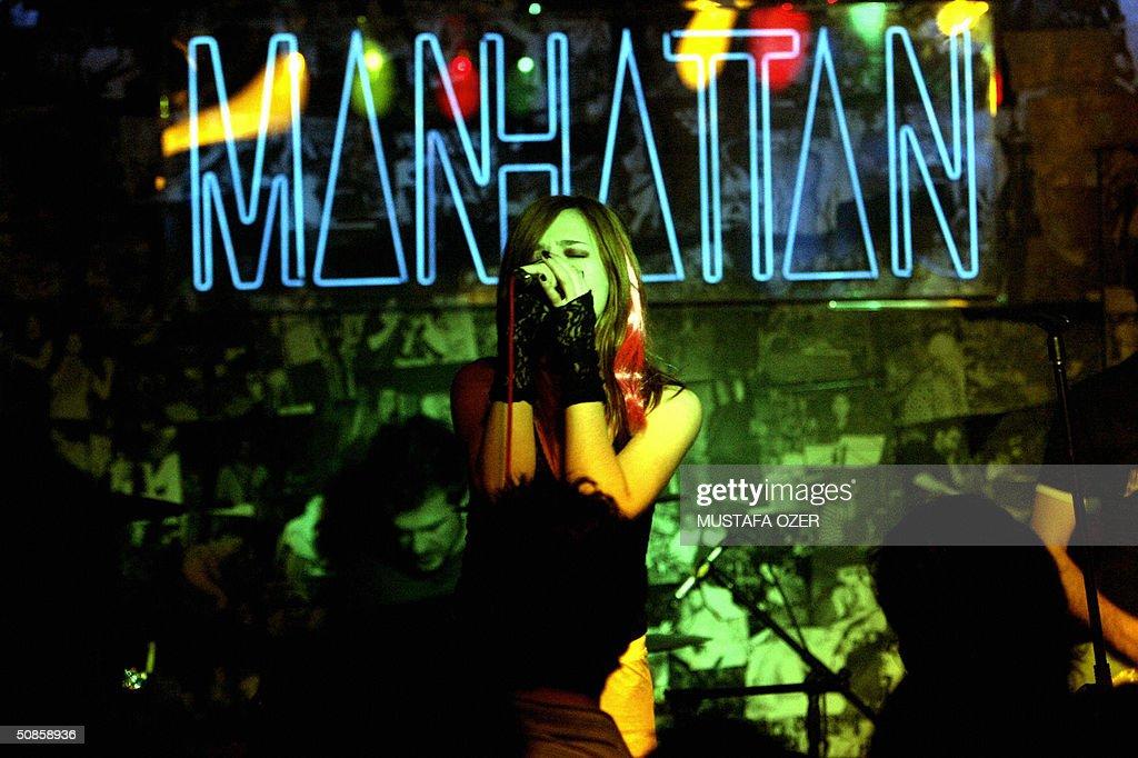 This picture taken 17 April 2004 shows Turkish rock star Aylin Aslin performing at Manhattan Rock Bar in Taksim, downtown Istanbul, 27 April 2004. AFP PHOTO/Mustafa OZER