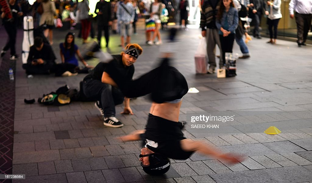 This picture taken on April 22, 2013 shows young performers entertaining shoppers near Martin Place in down town Sydney. AFP PHOTO/Saeed Khan
