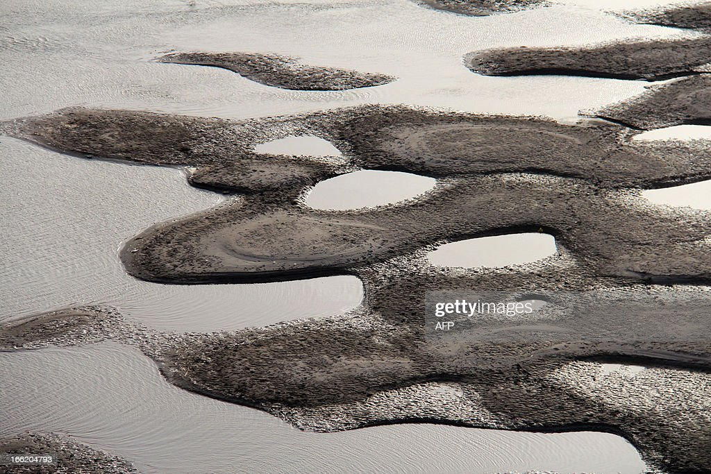 This picture taken on April 9, 2013 shows the riverbed of the Hanjiang River during its dry season in Shiyan, central China's Hubei province. China's coastal waters are suffering 'acute' pollution, with the size of the worst affected areas soaring by more than 50 percent last year, an official body said. CHINA OUT AFP PHOTO