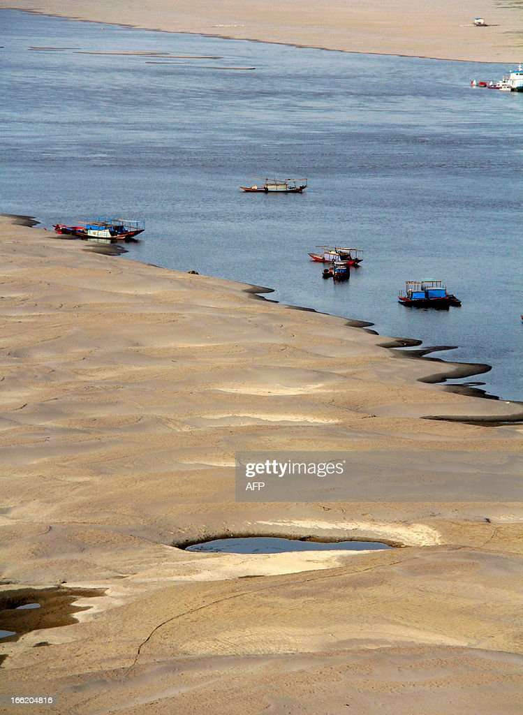 This picture taken on April 9, 2013 shows the riverbed of the Hanjiang River during its dry season in Shiyan, central China's Hubei province. China's coastal waters are suffering 'acute' pollution, with the size of the worst affected areas soaring by more than 50 percent last year, an official body said. CHINA
