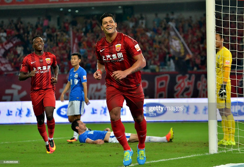 This picture taken on July 10, 2016 shows Hulk (C) of Shanghai SIPG celebrating after scoring a goal during the 16th round football match of the Chinese Super League against Henan Jianye in Shanghai. Record Asian signing Hulk scored on his Chinese Super League debut but was carried off injured minutes later as Shanghai SIPG smashed Henan Jianye 5-0 at the weekend. / AFP / STR / China OUT