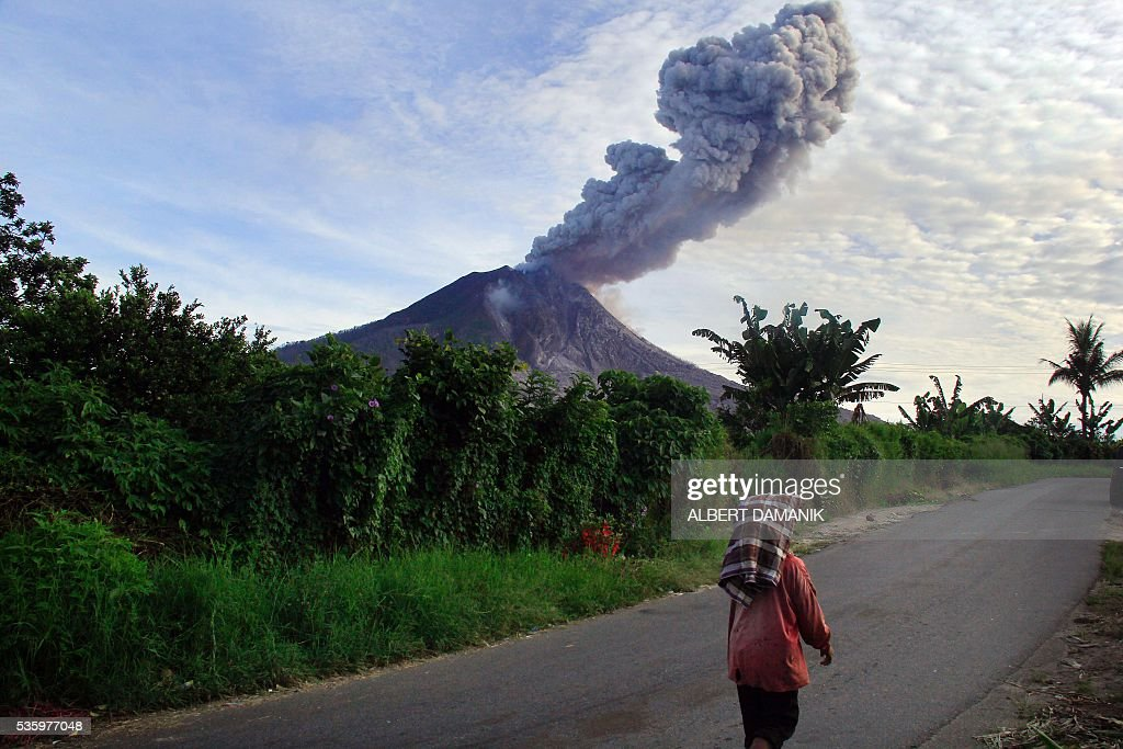 This picture taken on May 29, 2016 shows mount Sinabung volcano spewing hot volcanic ash into the air in Karo. The eruption earlier this month left seven dead and others fighting life-threatening burns. / AFP / ALBERT