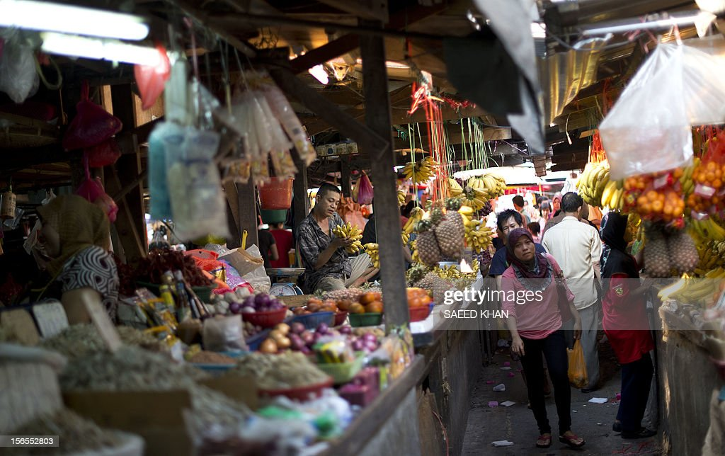 This picture taken on November 16, 2012 shows a residents walking in a passage way at a vegetable market in down town Kuala Lumpur. Malaysia's economy grew a better-than-expected 5.2 percent in the third quarter as domestic demand continued to compensate for a slowdown in exports. The central bank said Southeast Asia's third-largest economy expanded due to private consumption and private and public investment in such sectors as transportation, oil and gas, and public utilities. AFP PHOTO / Saeed KHAN