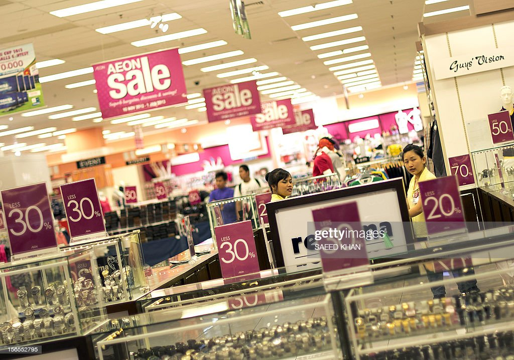 This picture taken on November 16, 2012 shows staff at a shopping mall at a counter during their special sale day in Kuala Lumpur. Malaysia's economy grew a better-than-expected 5.2 percent in the third quarter as domestic demand continued to compensate for a slowdown in exports. The central bank said Southeast Asia's third-largest economy expanded due to private consumption and private and public investment in such sectors as transportation, oil and gas, and public utilities. AFP PHOTO / Saeed KHAN
