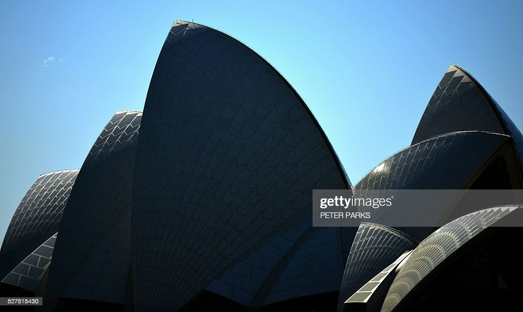 This view shows the Opera House in Sydney on May 3, 2016. Australia's central bank on May 3 cut its cash rate by 25 basis points to a historic low of 1.75 percent, with the move triggered by lower-than-expected inflation. / AFP / Peter PARKS