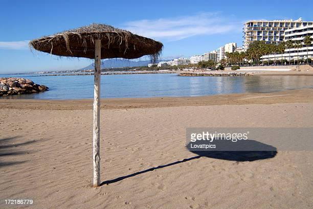 Das thistle weichen Schatten Sonnenschirm am Strand in Marbella in Spanien.