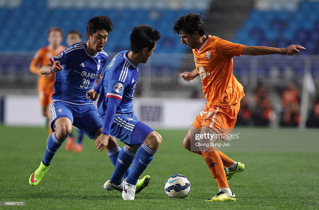 Thomas Broich of Brisbane Roar compete for the ball with Oh BeomSeok of Suwon Samsung FC during the AFC Champions League Group G match between Suwon...