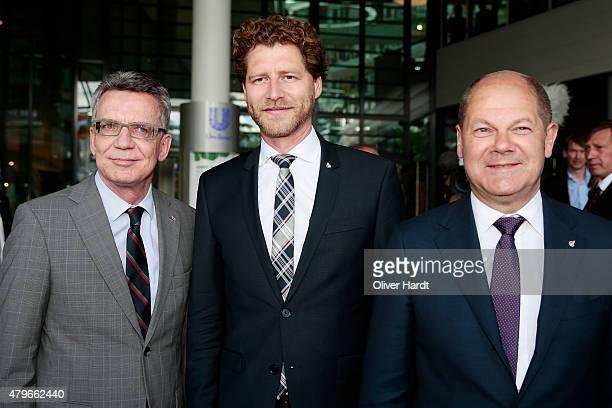 Thomas de Maiziere CEO of the Olympia Hamburg 2024 Nikolas Hill and First mayor of Hamburg Olaf Scholz poses on July 6 2015 in Hamburg Germany