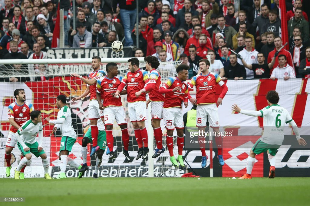 Thomas Delaney (R) of Bremen scores his team's second goal with a free kick during the Bundesliga match between 1. FSV Mainz 05 and Werder Bremen at Opel Arena on February 18, 2017 in Mainz, Germany.