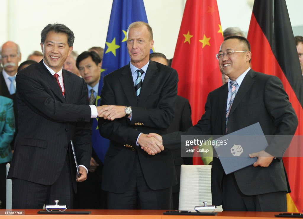 <a gi-track='captionPersonalityLinkClicked' href=/galleries/search?phrase=Thomas+Enders&family=editorial&specificpeople=656861 ng-click='$event.stopPropagation()'>Thomas Enders</a> (C), President and CEO of Airbus, shakes hands with Li Hai, President of China Aviation Supplies Import and Export Company, and <a gi-track='captionPersonalityLinkClicked' href=/galleries/search?phrase=Li+Xiaopeng&family=editorial&specificpeople=2145015 ng-click='$event.stopPropagation()'>Li Xiaopeng</a>, Chairman of the Industrial and Commerce Bank of China Leasing, after signing an agreement on the delivery of Airbus passenger planes to China at the Chancellery on June 28, 2011 in Berlin, Germany. Chinese Premier Wen Jiabao is visiting a variety of European countries and in Germany is participating in the first-ever German-Chinese government consultations.