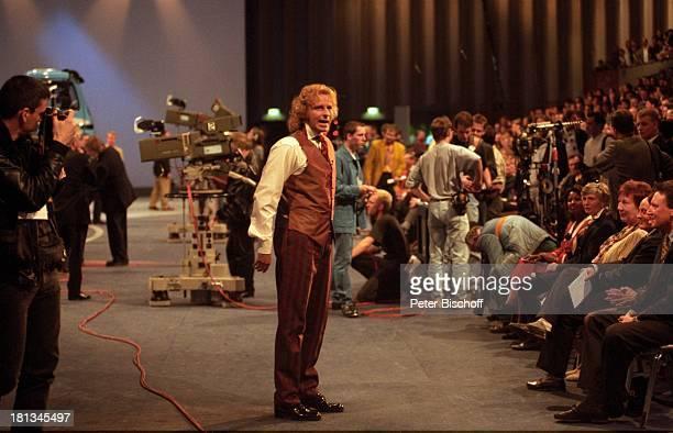 Thomas Gottschalk beim 'WarmUp' 100 ZDFShow 'Wetten dass ' Philpshalle Düsseldorf Deutschland Publikum Zuschauer Kamera Drehstab Mitarbeiter...